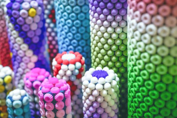 目にも映える色彩のアートお供え物